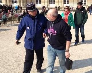 В париже оштрафован человек за француз задержан и оштрафован за кофту с изображением гетеросексуальной семь